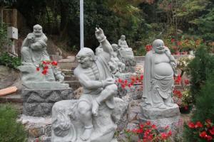 羅漢寺於室內外都放有十八羅漢的雕塑,每一尊都有不同神情,栩栩如生。