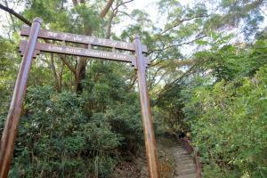 獅子山郊野公園的入口就在恆益士多旁不遠處。