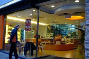 ibakery 以明亮橙色為主軸的裝修令人精神百抖,地方寬敞好坐,還有免費上網服務。