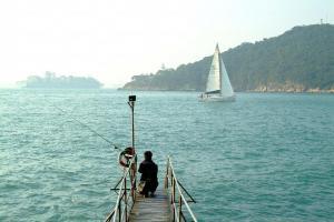 泳棚附近不時有船隻經過,與岸邊的風景相映成趣。
