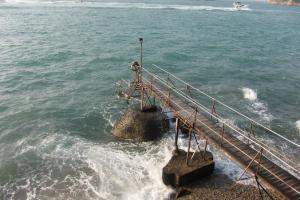 除了因為泳棚的木橋、燈塔夠省鏡,配上黃昏美景甚有 MV feel之餘,大家還愛它的大浪花。