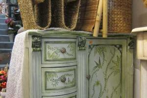 ikea 式的歐陸花花衣櫃。