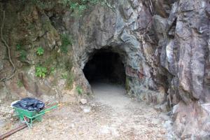 銀礦洞曾經是出產白銀之地,現已停產封閉多時。