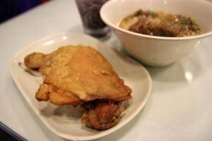 即叫即生炸的雞髀,外皮炸得脆卜卜,記得要「落手」大口吃才夠過癮。