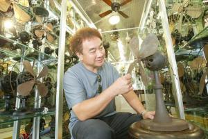 鍾先生花了十多年收集多達 200 多件的收藏品。