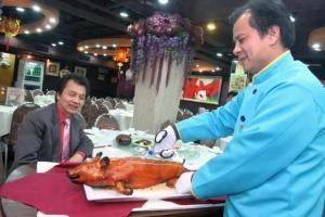 燒好的乳豬會原隻上桌,職員當場切開乳豬的一刻,叫人期待。