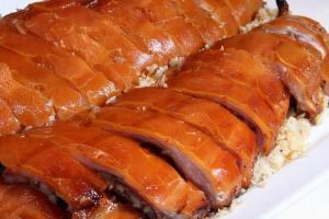 釀入乳豬內的炒飯吸滿了肉香,惹人垂涎。