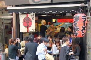 不論任何時候來到豚王,店內總是坐滿人,門外更長期大排長龍,可見人氣之盛。