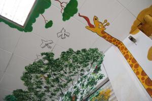 連天花板都成為了塗鴉的一部分,藝術本該就是無拘無束的。