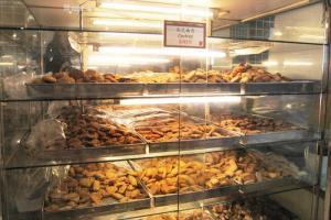 收銀主旁的餅櫃內,放滿多款不同口味的曲奇,實在有點花多眼亂。