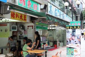 小小的食店,要利用舖前的位置,才有足夠的座位招呼慕名而來的客人。