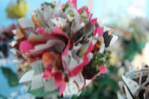 「樂活衣飾」教大家善用色彩繽紛的雜誌紙,製作出如此絢麗的環保花藝。