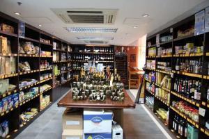 食材寶庫內展示著過百款入口食品,要細選心水貨,可能要花上好些時間。