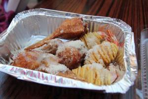 兩道值得推介的手工之作:芝士汁炸薯蝦和芝士釀雞翼。