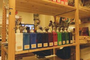 畫室備有各種畫具及顏料。