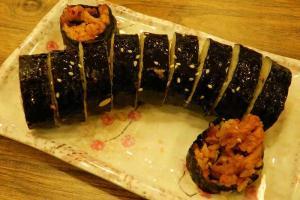 套餐另一配菜,惹味泡菜豬肉紫菜卷。