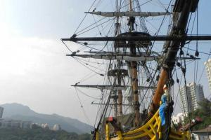 按 1787 年英皇佐治三世的 H.M.A.V.Bounty 而建的歐洲高桅仿古帆船「濟民號」。