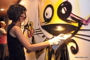 展廊會不時邀請國際藝術家到場進行即席藝術創作。(Ali G, Chokoli Stawberry artist 攝)