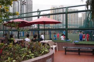 球場旁設有座椅及太陽傘,供觀眾休息。