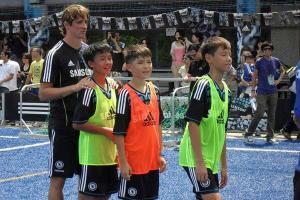 去年車路士訪港,一眾球星到場教授球技,與學員零距離接觸;圖為費蘭度托里斯。