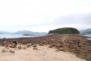 當潮水退至 1.4 米以下時,連島沙洲就會露出水面。(Shecky 攝)