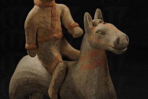 彩繪騎馬俑的馬背上沒有鞍韉,騎士頭戴風帽,下穿短褲,腳蹬長靴,作胡人裝扮。
