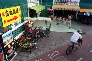 這裏有數間單車店,租車費比大圍的便宜。