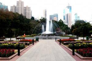 噴水池廣場放的是時令花飾