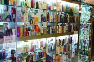 店子做熟客、髮型師 、salon 生意為主,貨色齊, 產品貼上的螢光色價錢貼紙,旁邊有手寫的產品介紹,格局務實。