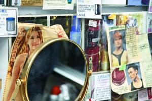 金色小圓鏡沿用開業至今,鎮於櫃台十多年。