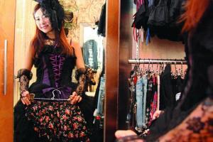 店子售賣黑調的 Gothic Lolita 為主,偏向成熟味道,服裝以晚裝料縫製,黑裙 $889、底裙 $200、禮帽頭飾 $280、手襪 $250、皮鞋 $199、頸鏈 $280。