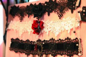 現時作 Lolita 打扮的不一定 full gear 上陣,可配襯不同飾物 mix and match。