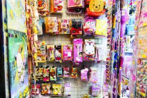 店主余生說,某些商場覺得他們這類密集式展示的精品店,好混亂,貨品周圍擺,不喜歡租舖予他們,要求店子布置得精緻又簡約。