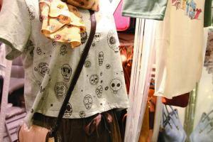 夏天衣飾多來自日本,冬天以韓國貨鎮場,款式以 casual wear 為主。