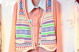 橫間花紋圖案小背心 $219、粉橙色恤衫 $260。