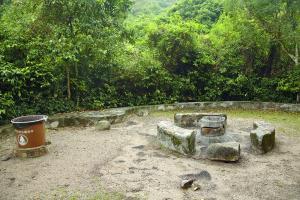 營地內有燒烤爐及檯櫈,無帶凳仔都不用坐地下。