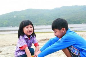 小朋友未必有耐性摸足一天蜆,玩沙亦是另一樂子。