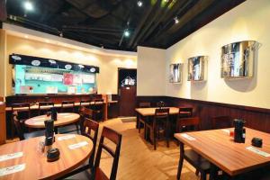 鳥華拉麵的裝潢富有日本街頭拉麵舖的風格。