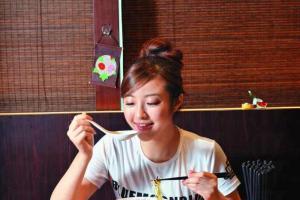 鳥華拉麵的拉麵份量多,一個女仔食可能食不完。