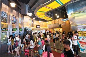 雖然戲院已由人手劃飛換成電腦售票,大堂仍甚有懷舊味道。