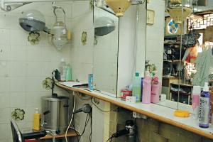髮型屋內設備齊全,恤髮、剃鬚、吹波(吹頭),都只是 65 元。