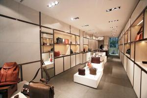 土屋鞄是融合了日本傳統建築方法,和時尚現代設計的店舖。