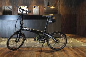 全球貝爾特酒店提供借用單車服務,現有兩架限量版 Mini cooper 單車供住客借用。