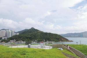 走到戶外的斜坡上可看到古炮台以往作為香港最後防綫的重要性,外侵者只要攻破這個關口便可直入維港心臟。