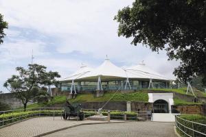 在原有堡壘的斜坡上加上支架及鋼索拉緊大帳篷,就令原本的露天廣場變成室內展覽空間。