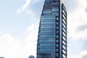 從側面看過去,可看到建築的幾何綫條,在芸芸商廈之中顯得更特出。