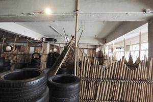 戰區以竹棚搭起平台,玩家可觀察全場形勢,進可攻,退可守。