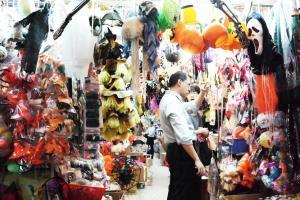 玩具店的萬聖節飾品都放在門外