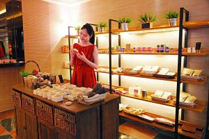 昱日森林店子約五千平方呎,設三個教室及材料銷售區,室內燈光柔和,布置舒適。