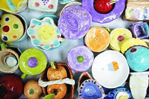小朋友創作的手塑陶藝作品,創意變化多。